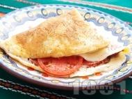 Рецепта Обикновен омлет с плънка от колбас или шунка, домати и кашкавал